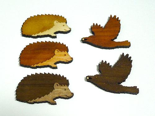 木製ブローチ ハリネズミ カラス