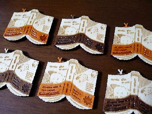木製ブローチ ヒツジ表紙の本